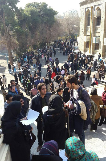 Thousands of Iranian students take the final exams to become licensed tour guide (1)