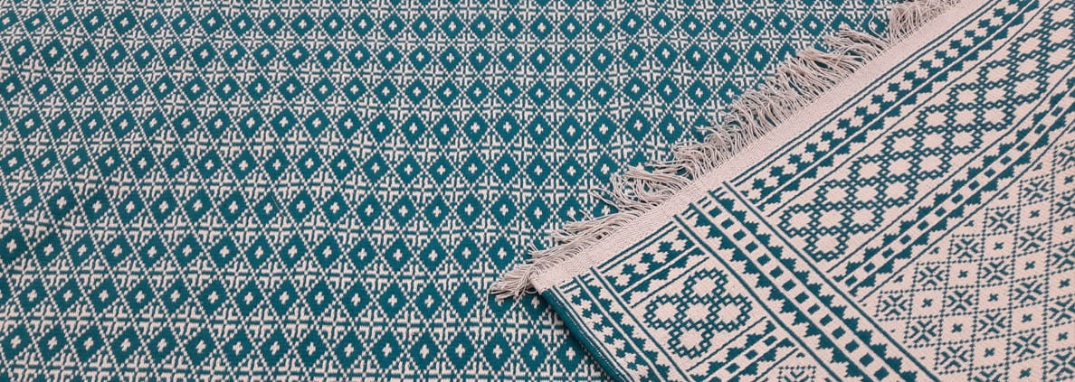 Ziloo is used as an inexpensive floor covering, to cover subordinate areas of a mosque or as a picnic blanket.